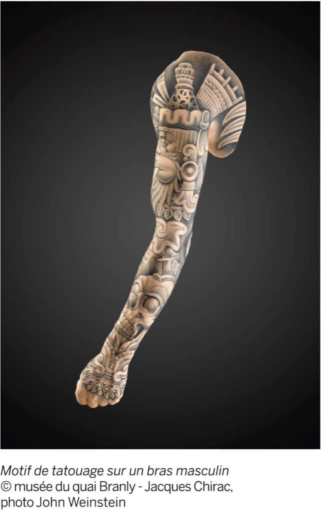 Motif de tatouage sur un bras masculin. Photo John Weinstein