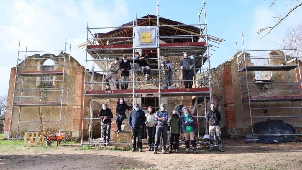 l'équipe du Cham (Chantier Histoire et Architecture Médiévales) restaure la jumenterie du Lude